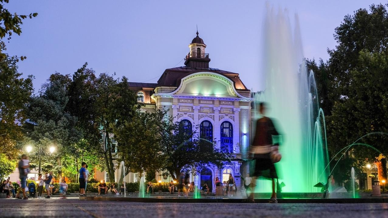 Das beleuchtete Rathaus mit Brunnen am Stefan-Stambolov-Platz.