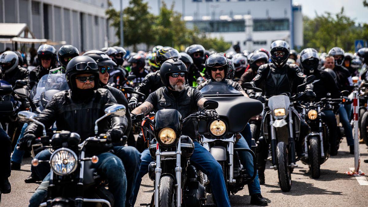 04.07.2020, Baden-Württemberg, Friedrichshafen: Motorradfahrer warten mit ihren Motorrädern im Vorfeld einer Demonstration gegen drohende Fahrverbote an Sonn- und Feiertagen