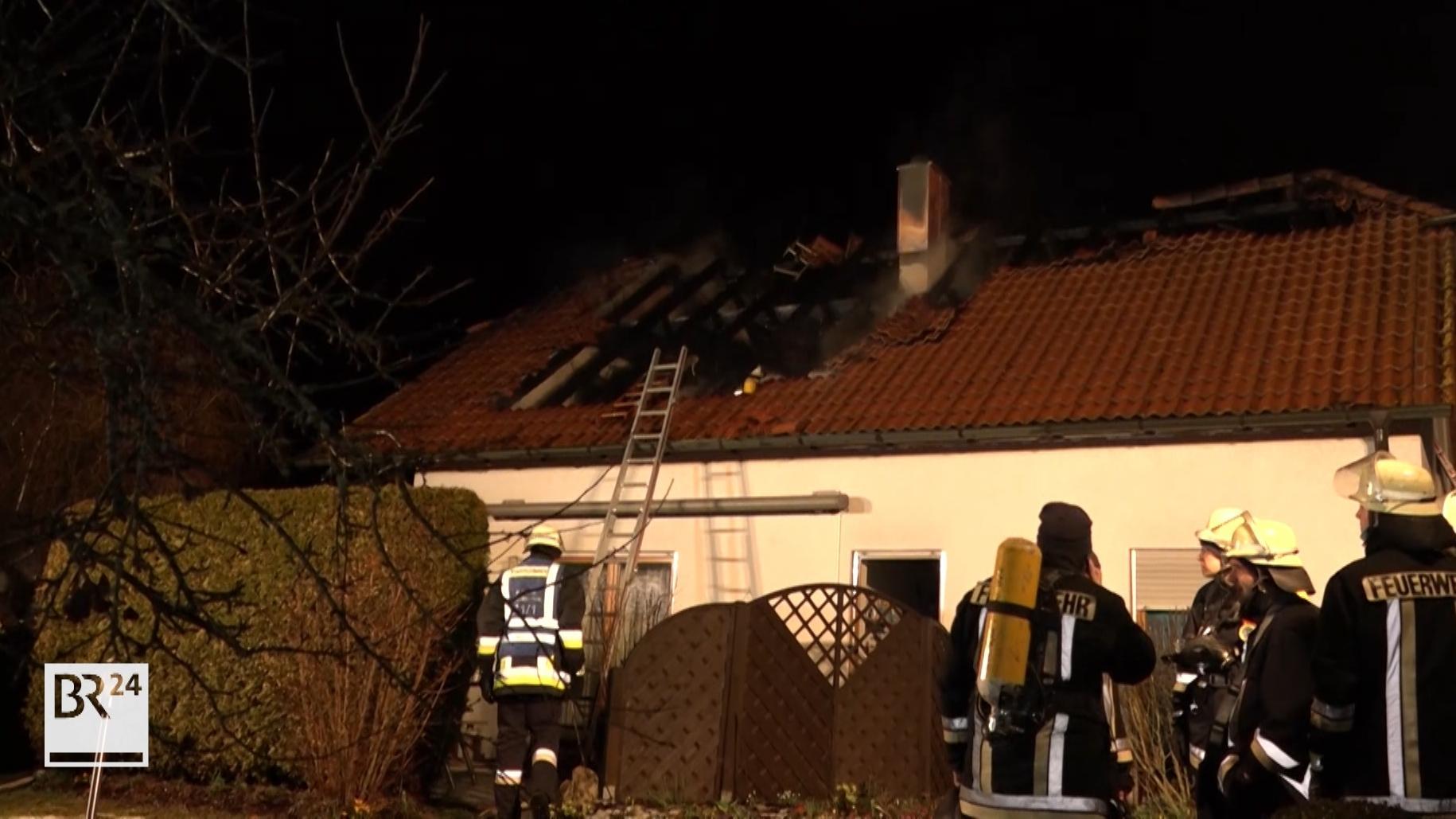 Bei einem Dachstuhlbrand in Deining kam eine 51-jährige Frau ums Leben.