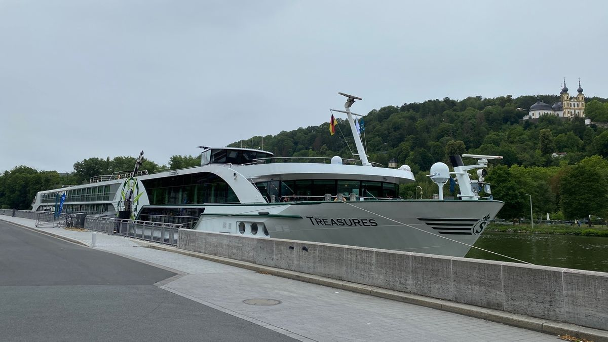 Flusskreuzfahrtschiff auf dem Main