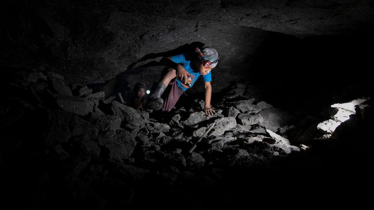 Ein Kind arbeitet in einer Bernsteinmine in Mexico