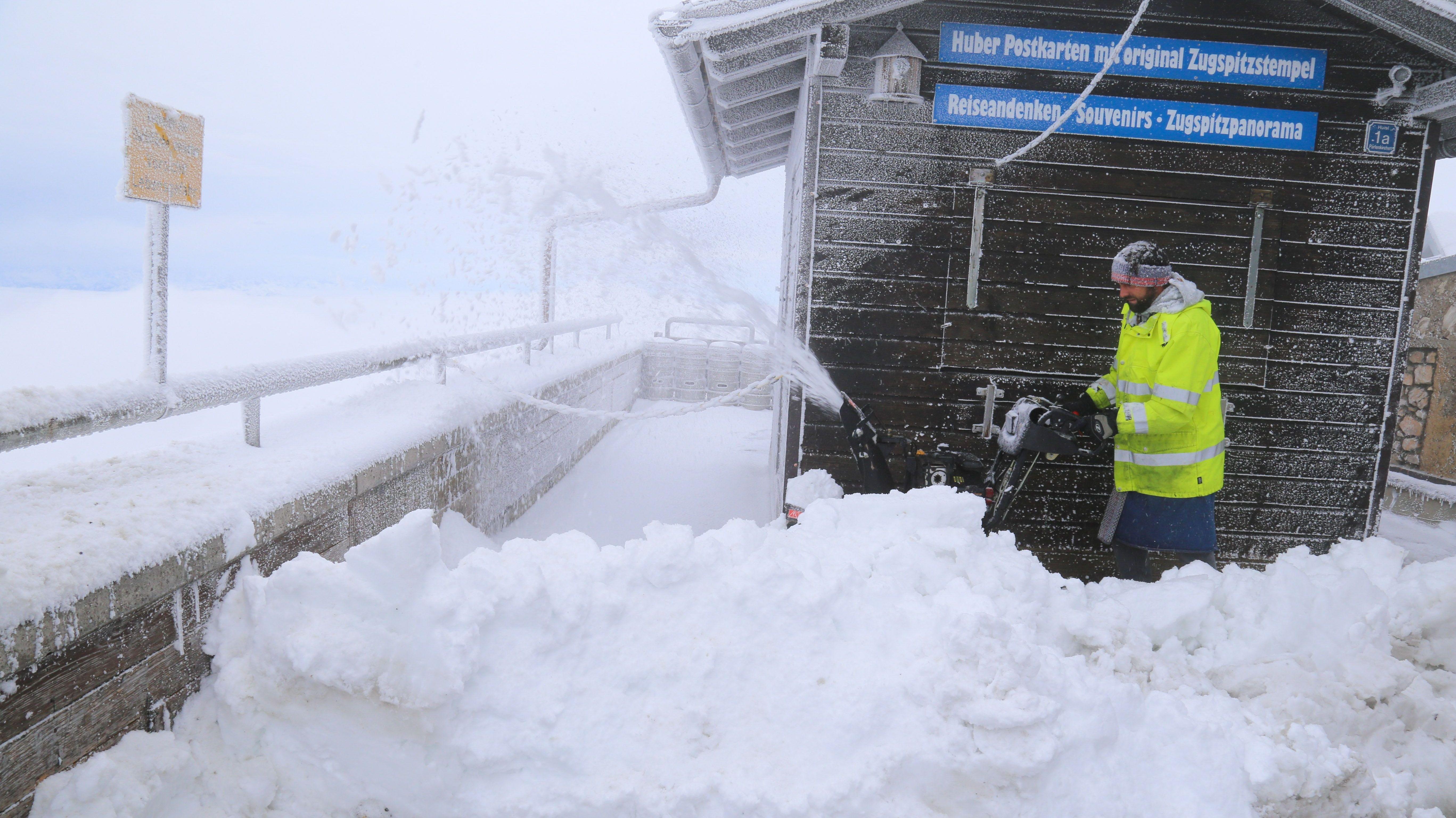 Wintereinbruch auf der Zugspitze - raus mit den Schneefräsen aus dem Schuppen