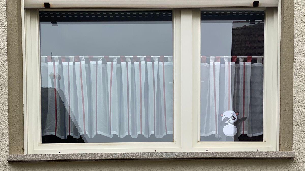 Im Fenster eines Hauses in Ebern hängt ein Pandabär.