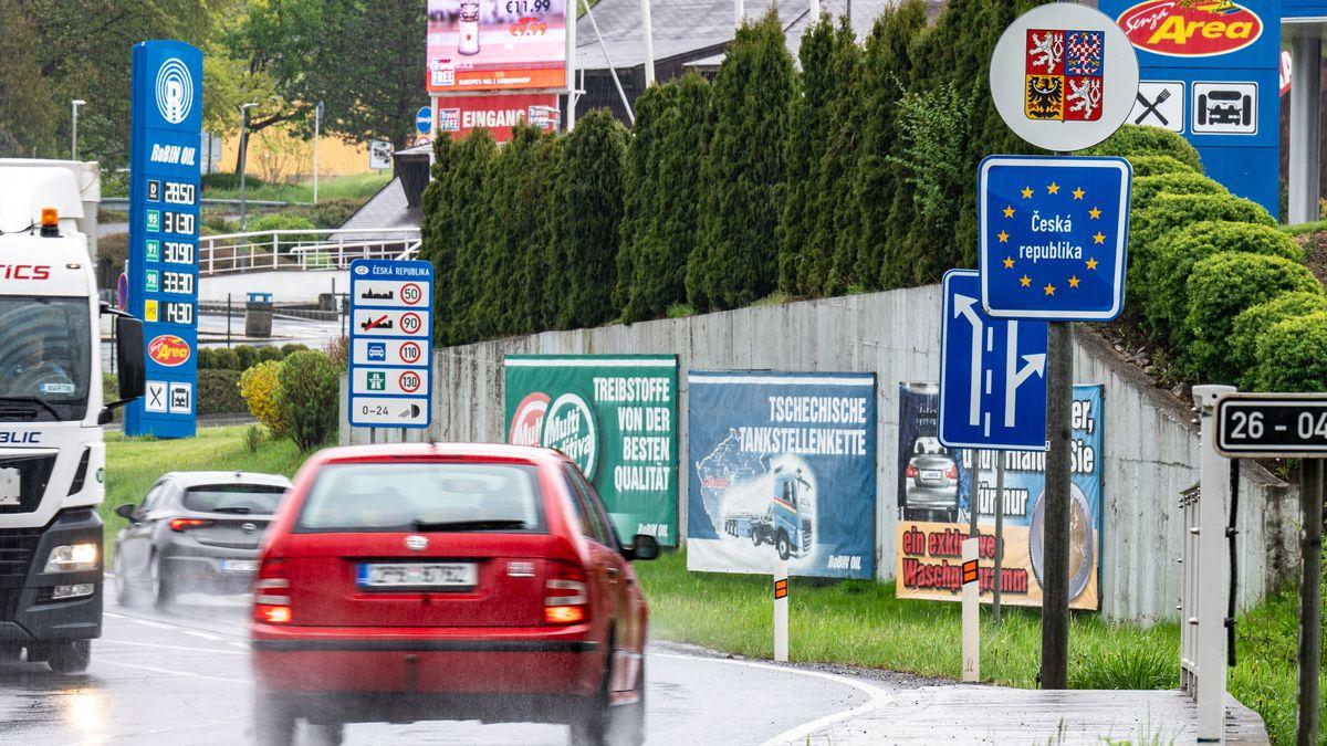 """Ein Schild mit der Aufschrift """"Bundesrepublik Deutschland"""" steht an der deutsch-tschechischen Grenze"""