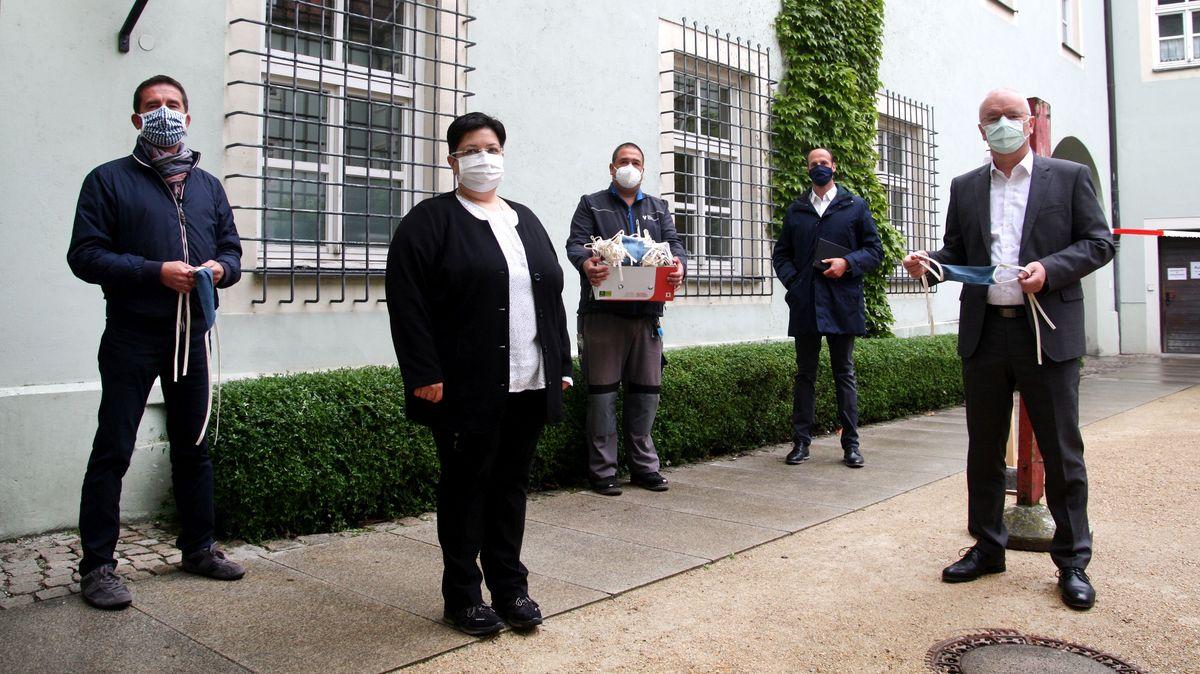 """""""Landshut näht"""" sammelte über 2.000 Mehrweg-Masken, die nun nach und nach an alle Senioren- und Pflegeheime im Stadtgebiet verteilt werden"""