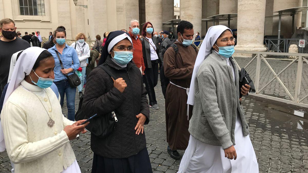 Gläubige auf ihrem Weg zur Papst-Messe im Vatikan.