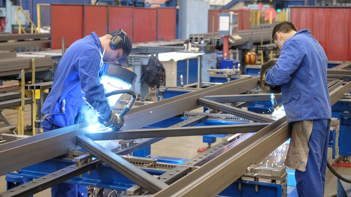 Metall-Facharbeiter beim Schweißen (Symbolbild)