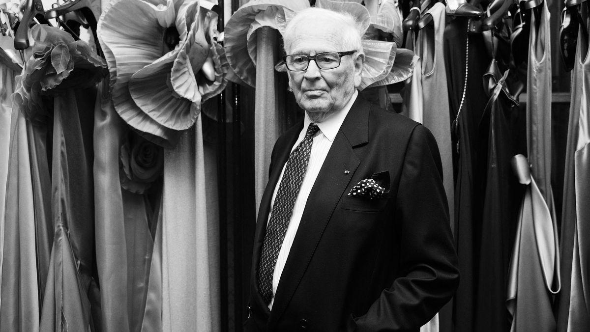 Pierre Cardin vor Kleiderstange