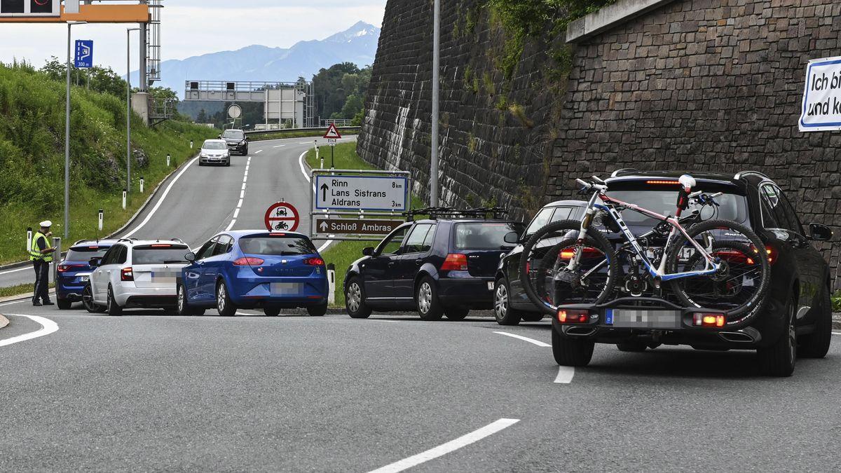 Ein Polizist informiert Autofahrer über die eingeführten Fahrverbote.