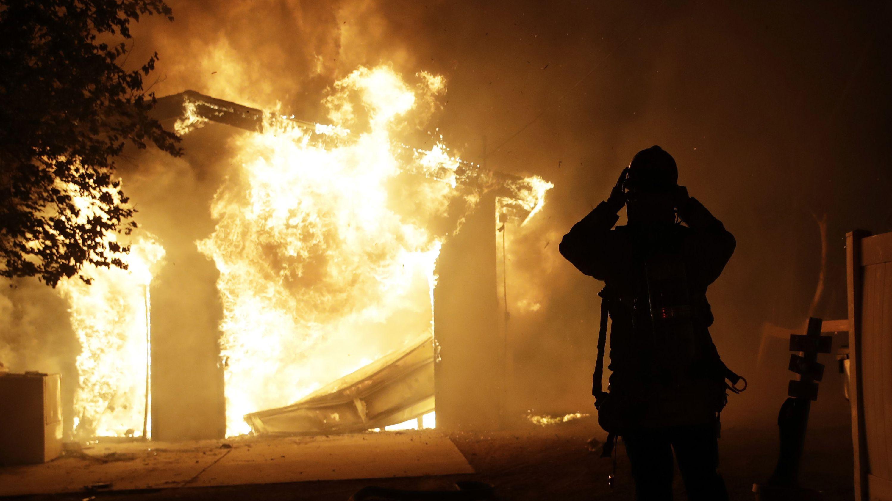 Feuerwehrmann beim Einsatz bei Waldbrand in Kalifornien