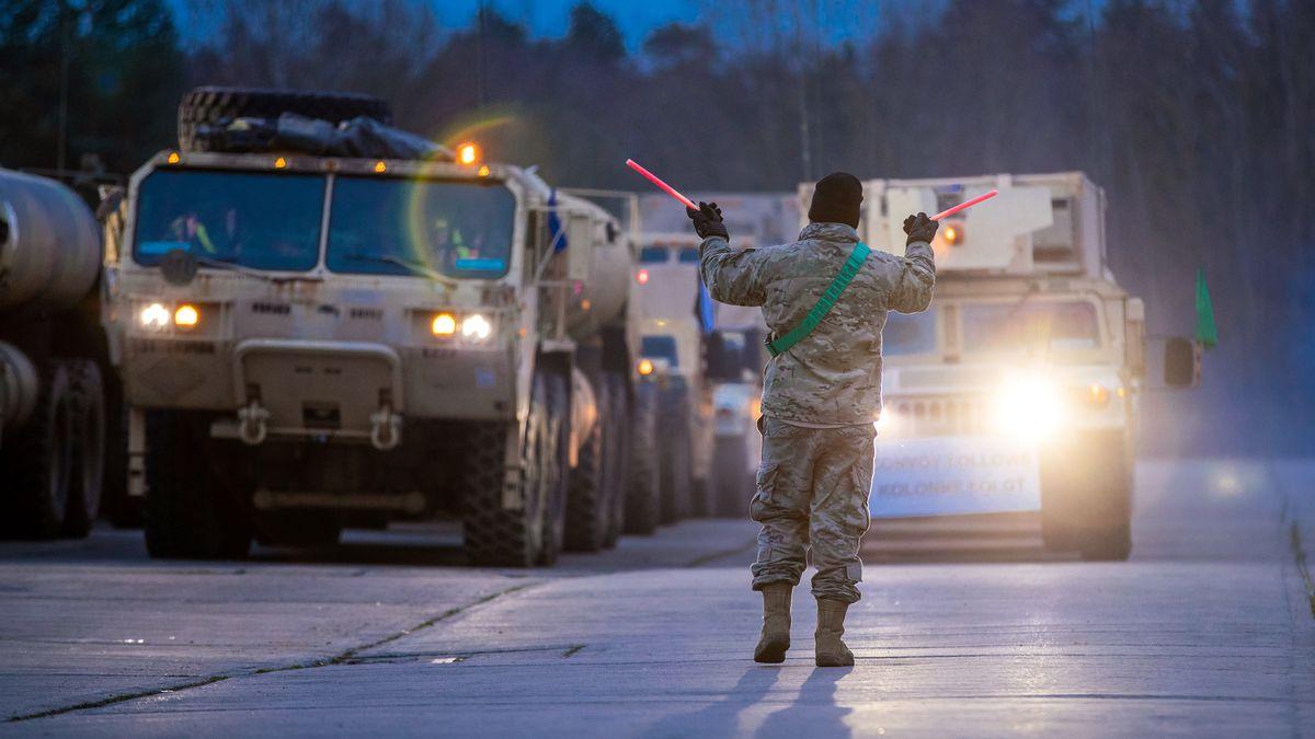 """Ein US-Soldat gibt in einer Kaserne das Abfahrtssignal für die Weiterfahrt während der Nato-Großübung """"Defender Europe 2020""""."""