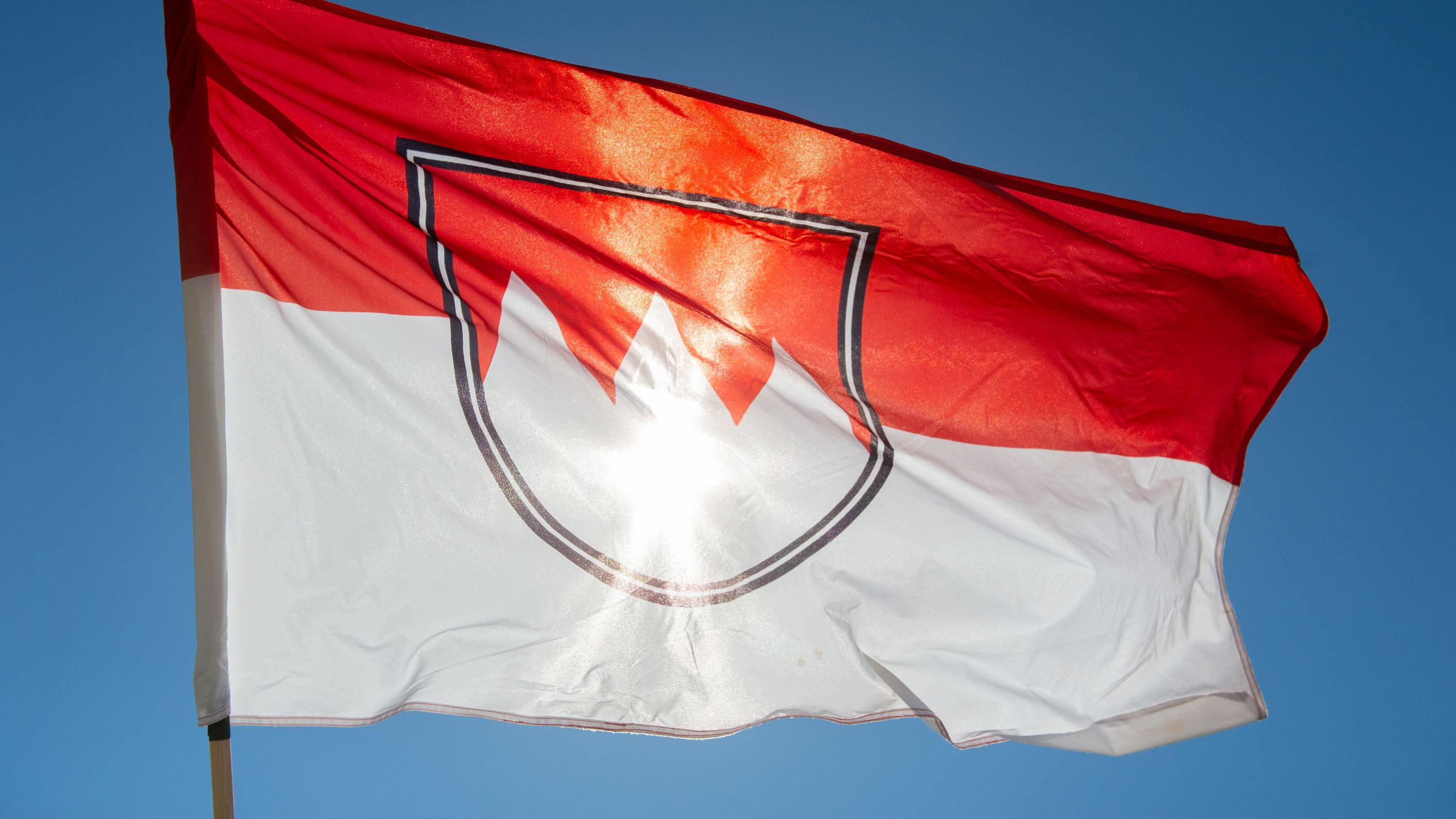 Eine fränkische Flagge weht im Wind vor blauem Himmel