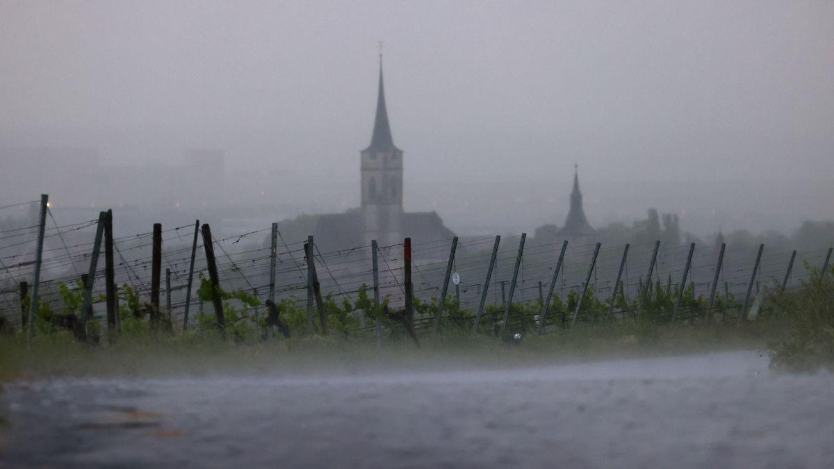Im Starkregen liegen die Weinberge am Schwanberg vor dem Kirchturm, aufgenommen am 05.06.21.