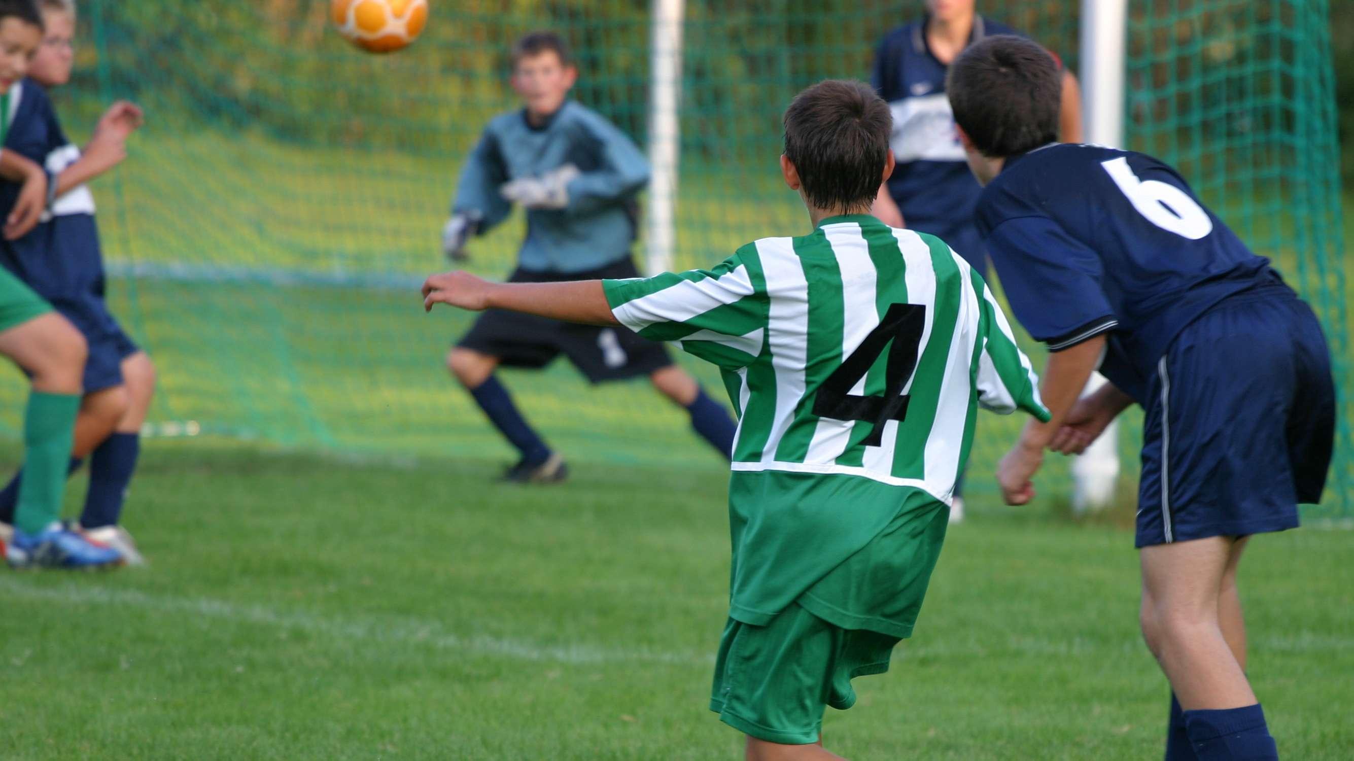 Jugendliche spielen Fußball