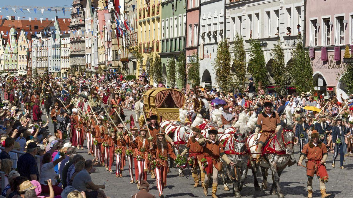 Der Hochzeitszug der Landshuter Hochzeit mit Hochzeitskutsche und Geleit durch die Altstadt im Jahr 2017
