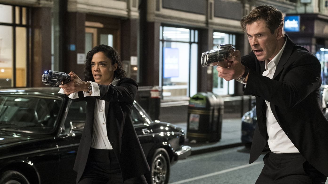 """Tessa Thompson und Chris Hemsworth sind das neue Agenten-Duo in """"Men in Black: International"""" (Filmszene)."""