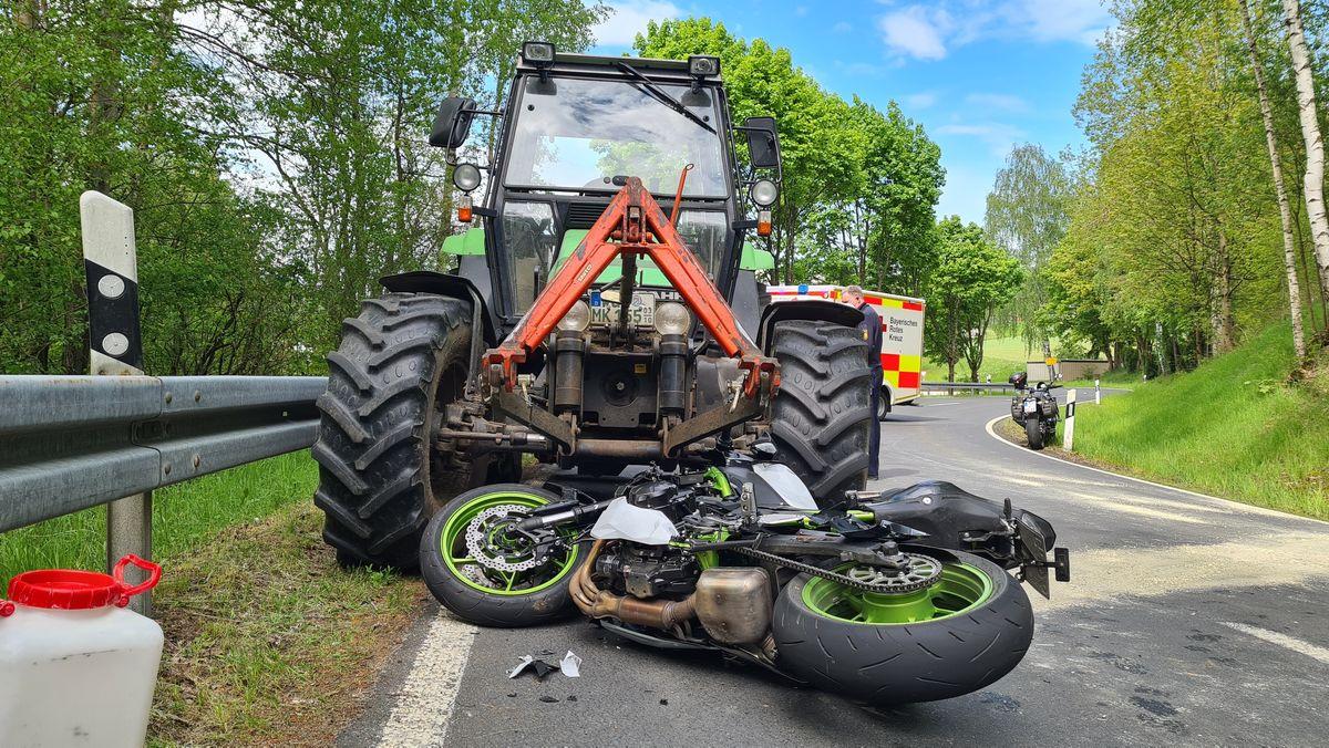Ein Motorrad ist mit einem Traktor kollidiert