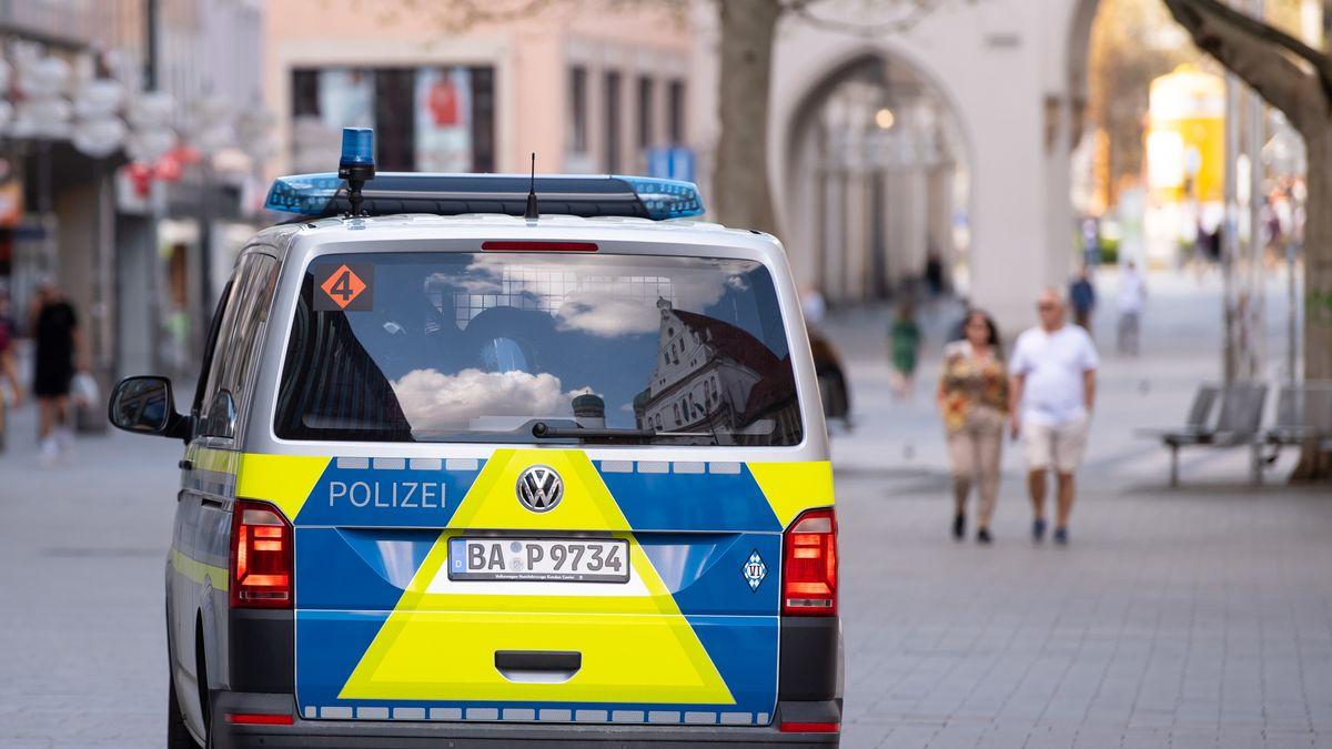 Symbolbild: Polizei-Auto auf dem Weg Richtung Stachus in München