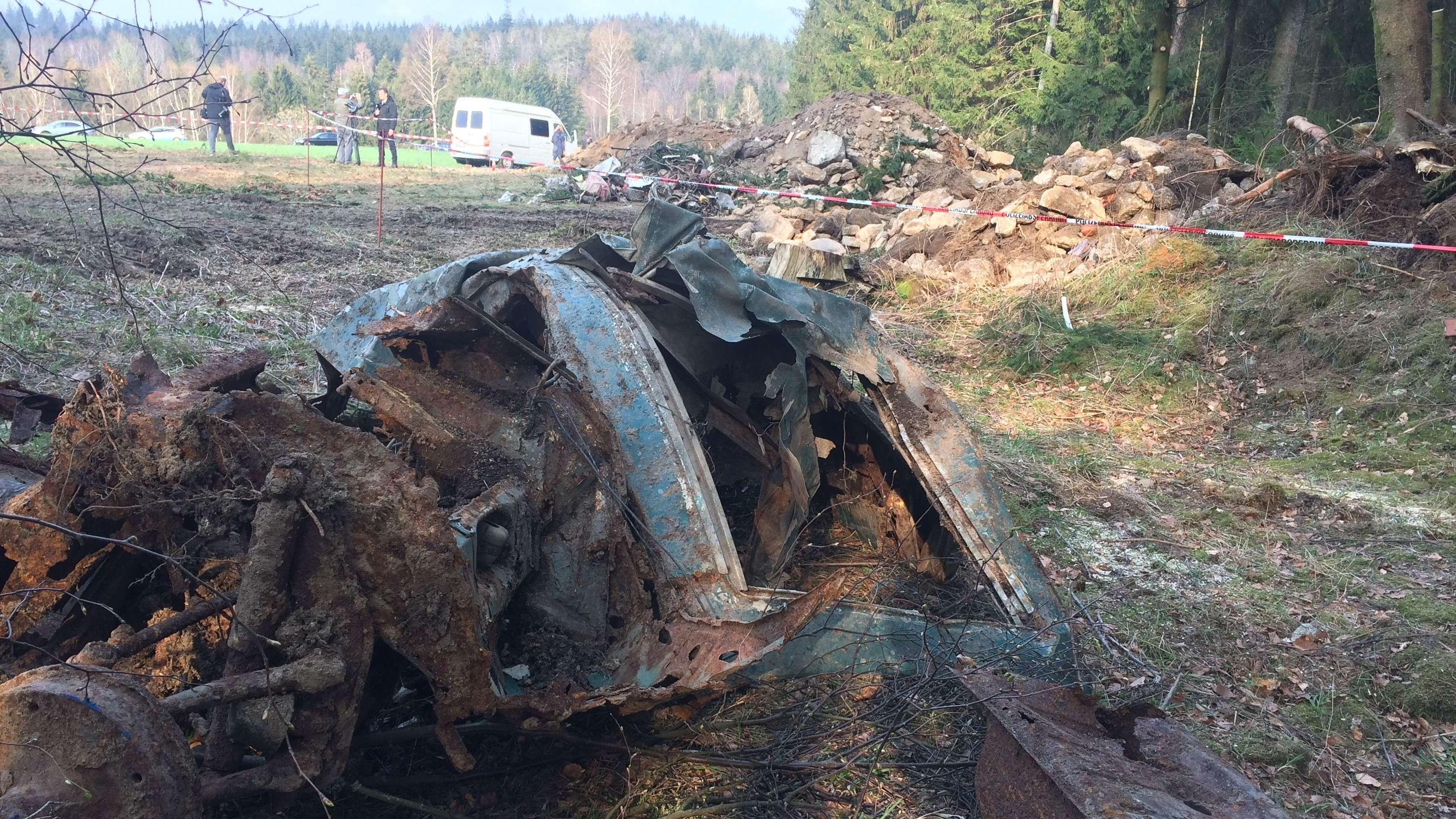 Wrackteile des gefundenen Autos im Bereich der Grube
