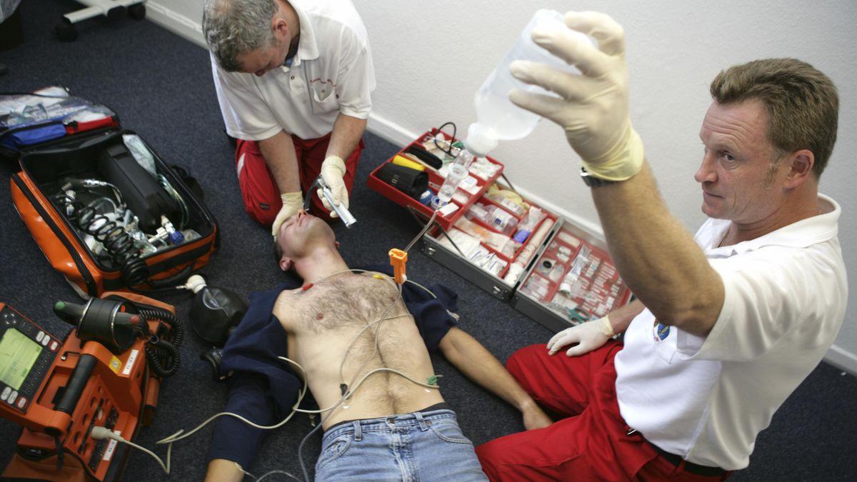 Notfallmediziner proben den Ernstfall der Wiederbelebung eines Patienten (Symbolbild)