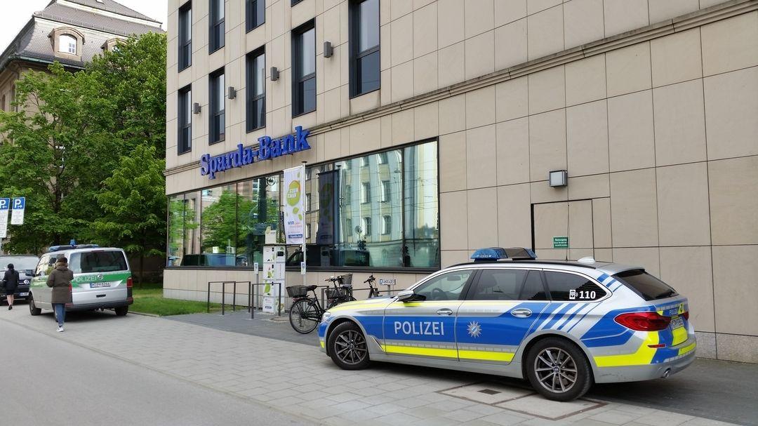 Polizeiautos vor der überfallenen Bankfiliale in München