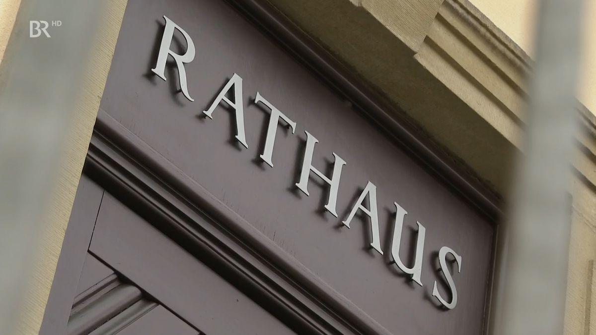 """Ein Tür mit der Aufschrift """"Rathaus"""", fotografiert aus der Froschperspektive."""