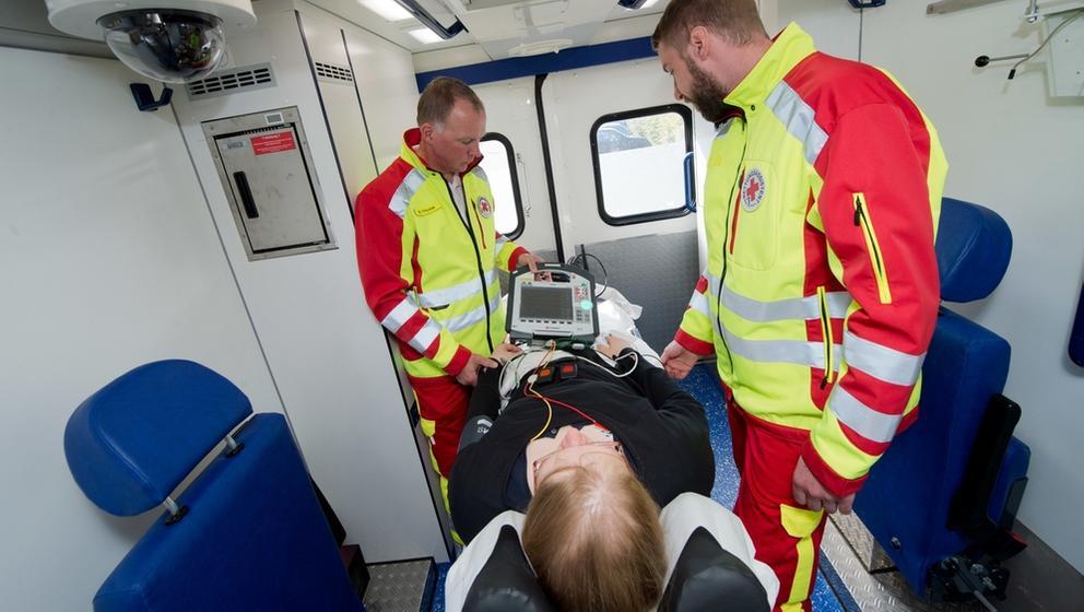 Blick in einen für den Telenotarztdienst ausgebauten Rettungswagen   Bild:pa/dpa/Stefan Sauer