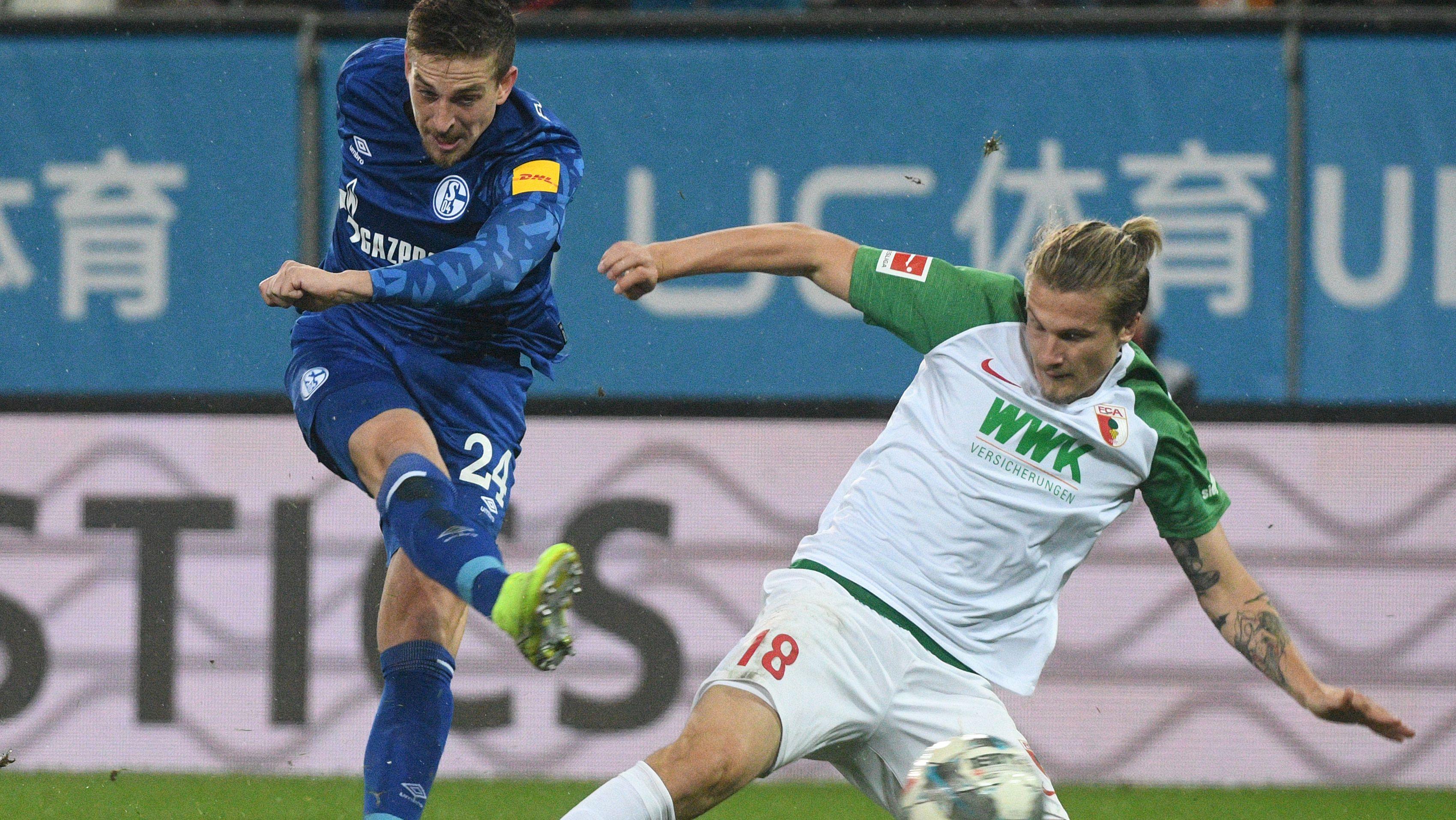Zweikampf im Spiel zwischen dem FC Augsburg und Schalke 04