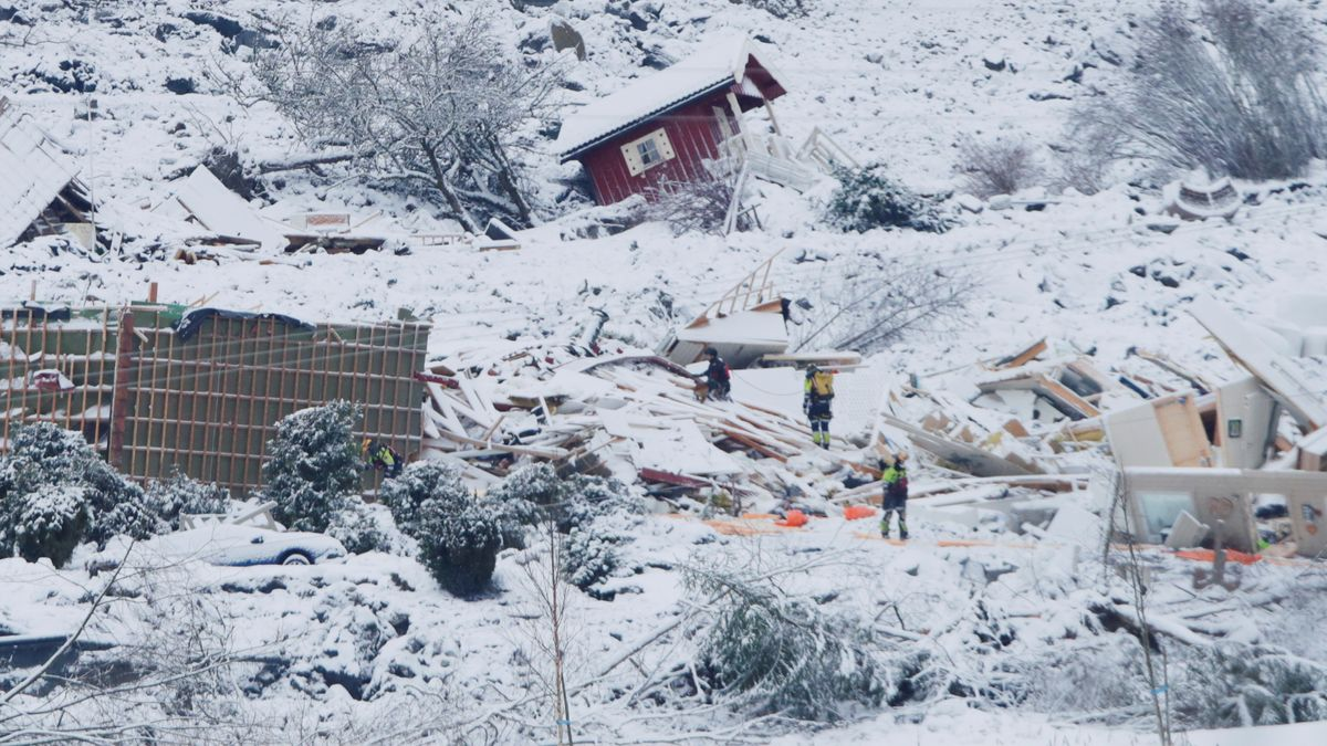 Rettungskräfte suchen nach Erdrutsch im norwegischen Ask in zerstörte Häusern nach Überlebenden