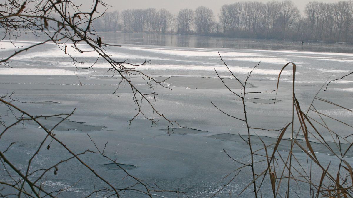 Symbolbild: Ein teilweise zugefrorener Weiher