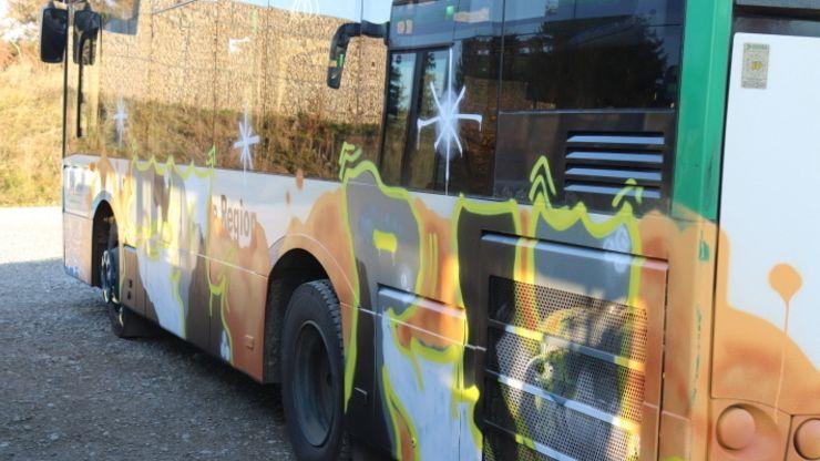Mit Graffiti beschädigter Bus.