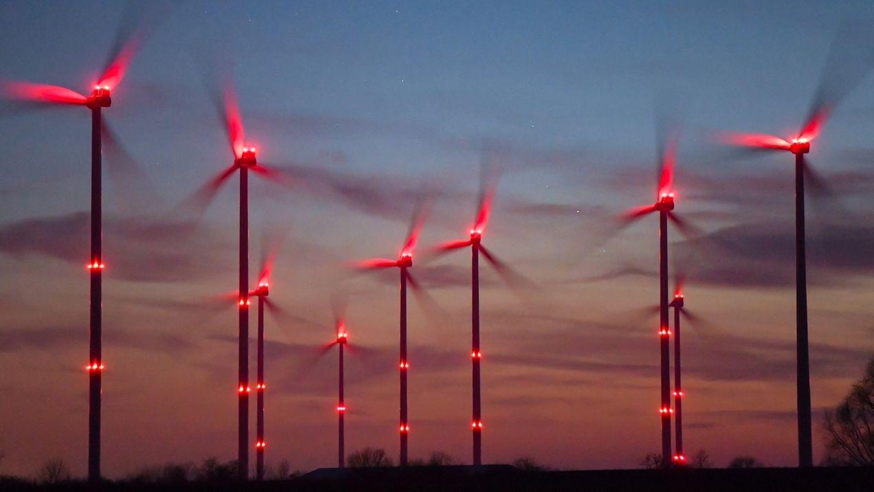 Rotbeleuchtete Windräder in der Nacht
