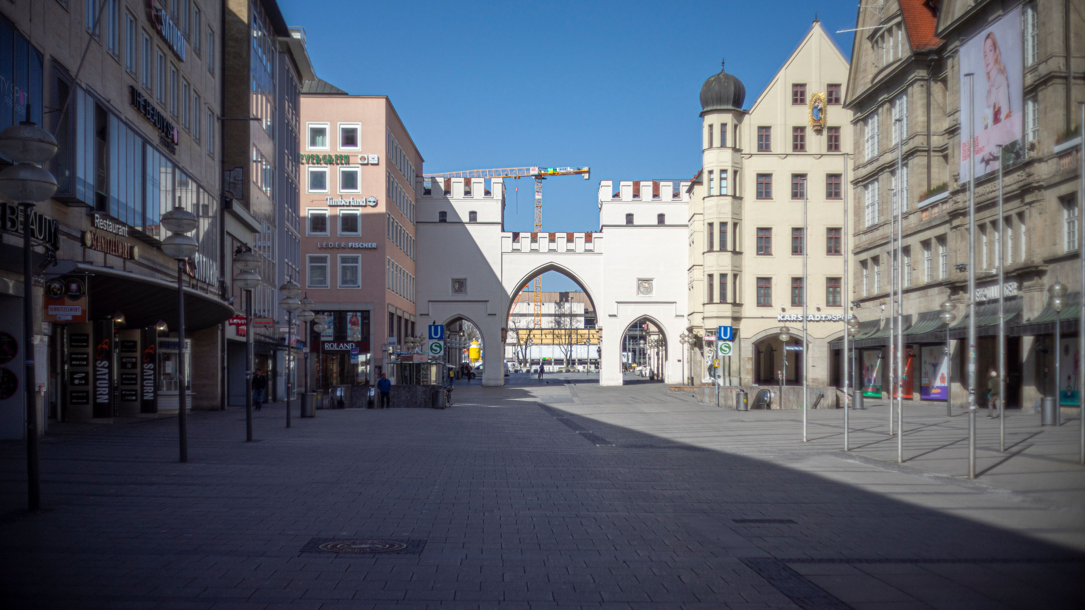 Die Fußgängerzone vor dem Karlstor am Stachus ist komplett leer.