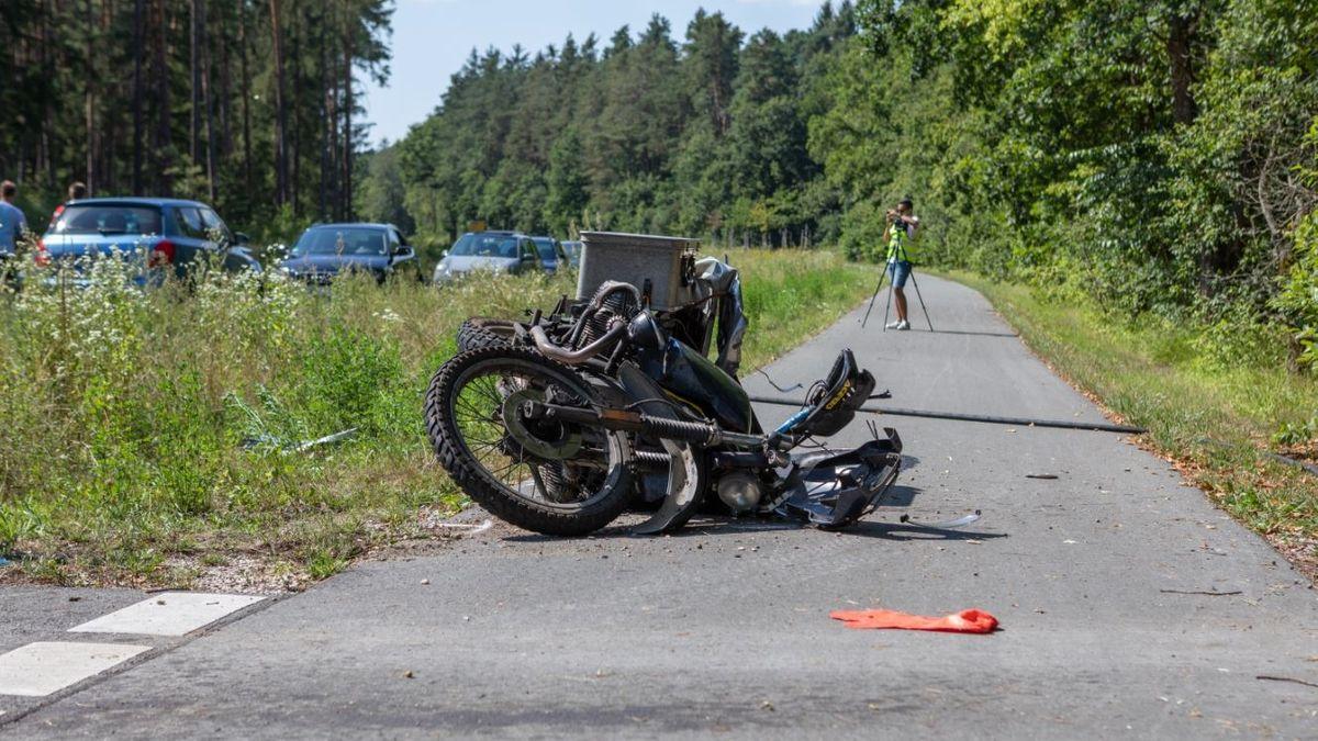 Das Motorrad des Verunglückten liegt auf dem Radweg neben der Staatsstraße