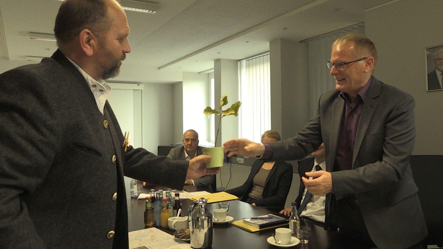 Landwirt Hubert Meiler (li.) bei der Bundesnetzagentur in Bonn