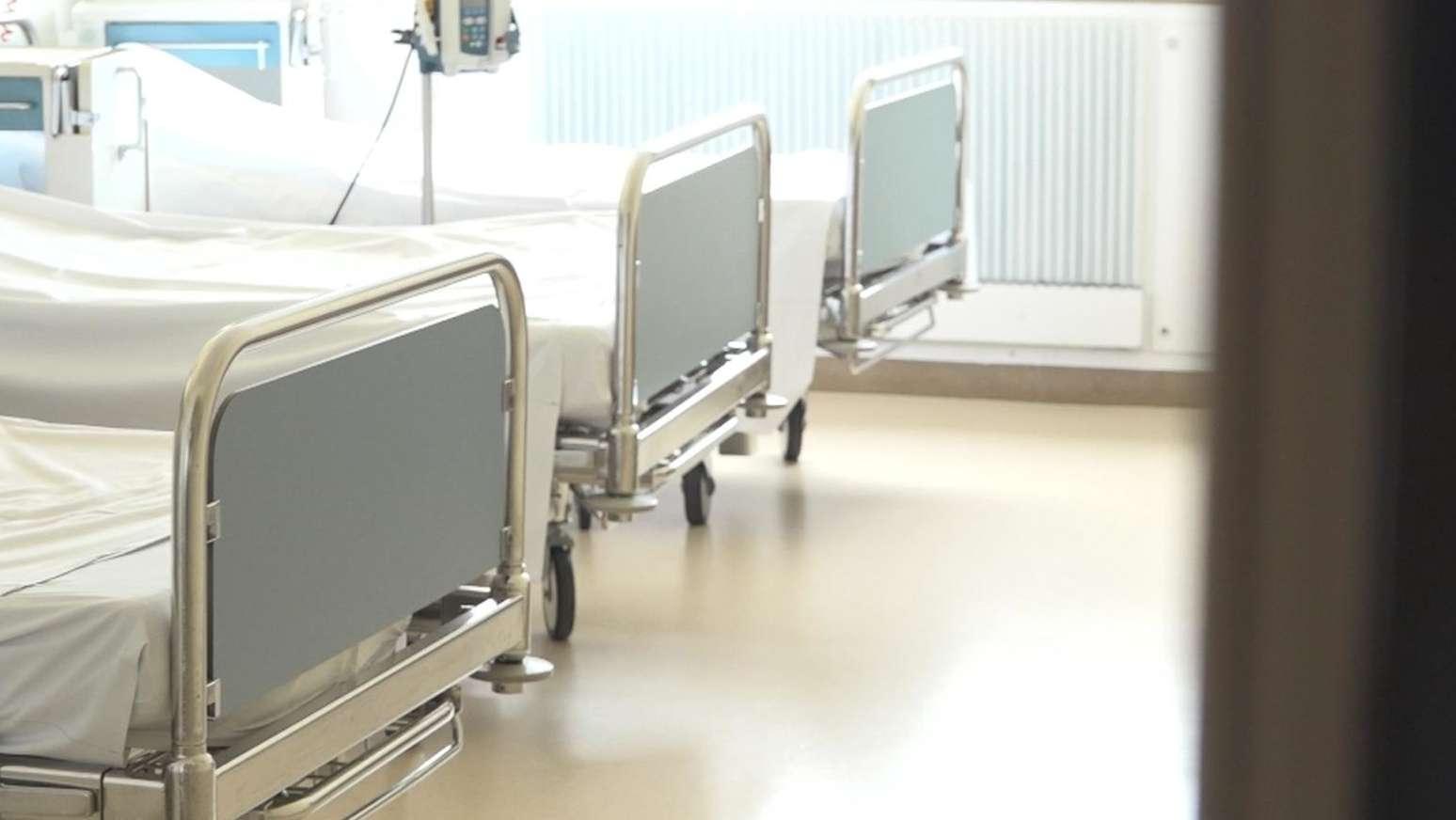 Drei leere Krankenhausbetten