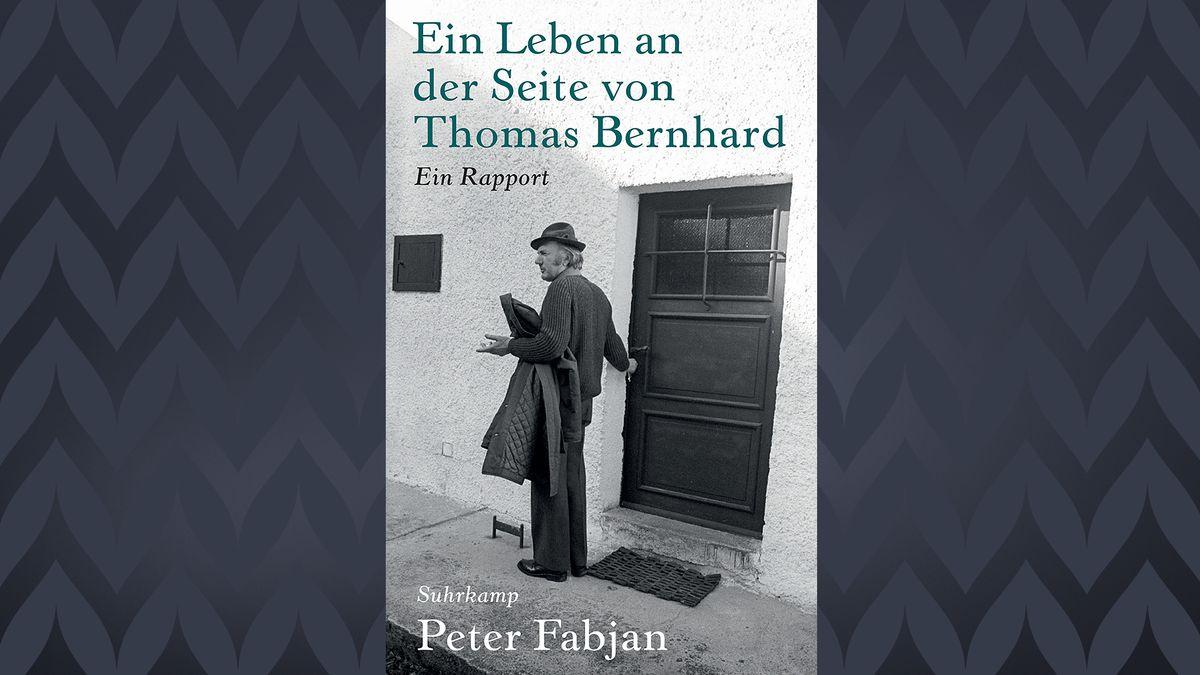 Thomas Bernhard mit Hut und über den Arm gelegten Mantel vor der Tür seines Bauernhauses