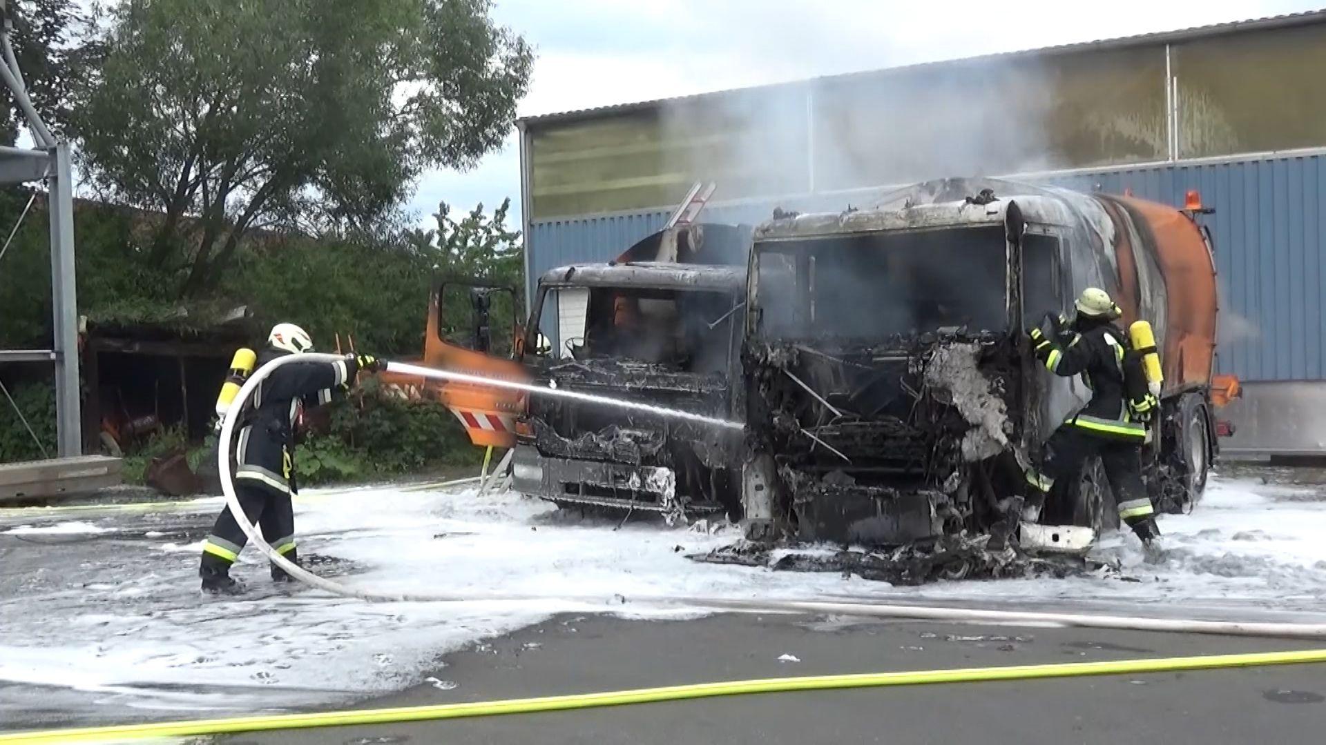 Drei Straßenreinigungsfahrzeuge fingen am Sonntagvormittag Feuer - zwei davon brannten komplett aus.