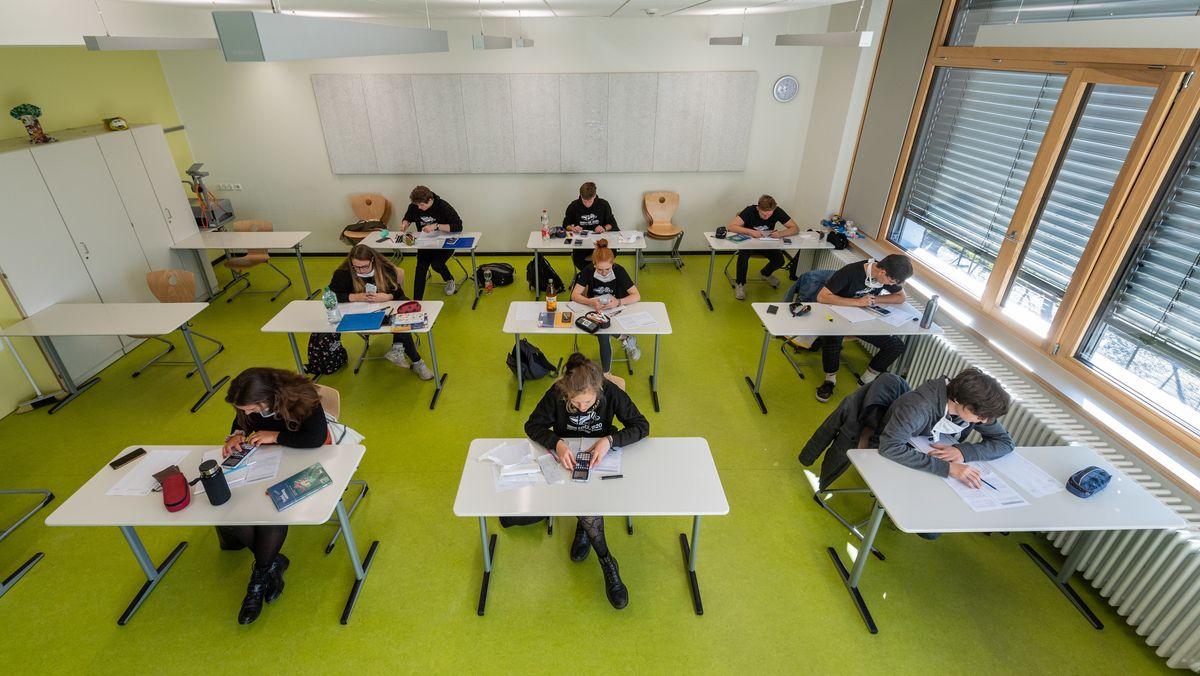 Abiturienten am Gymnasium Dresden Klotzsche sitzen in einem Klassenzimmer. (Symbolbild)