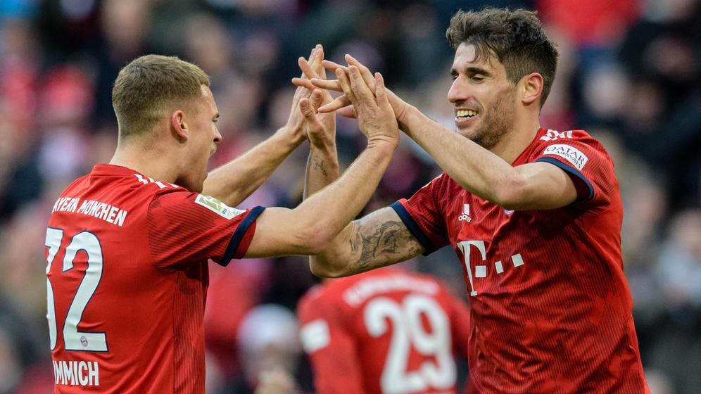 Torschütze Javi Martinez (r) vom FC Bayern München jubelt mit Joshua Kimmich vom FC Bayern München über seinen Treffer zum 1:0.  | Bild:dpa-Bildfunk/Matthias Balk