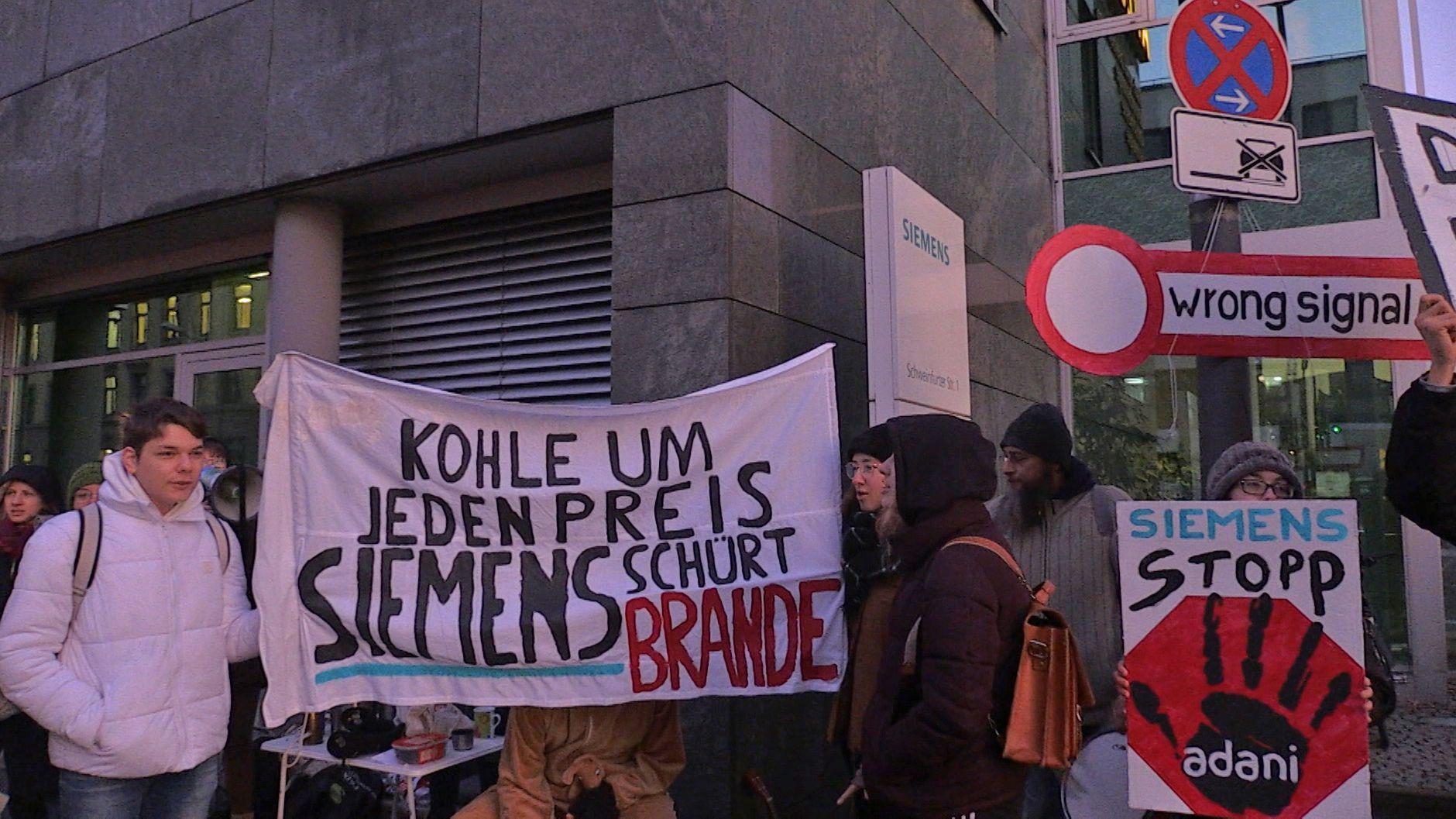 Protest vor der Siemens-Niederlassung
