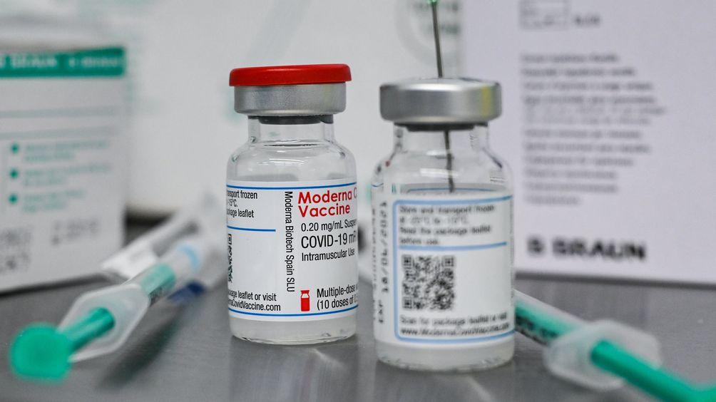 Kleine Flaschen mit dem Wirkstoff von Moderna für eine Corona-Schutzimpfung (Symbolbild)