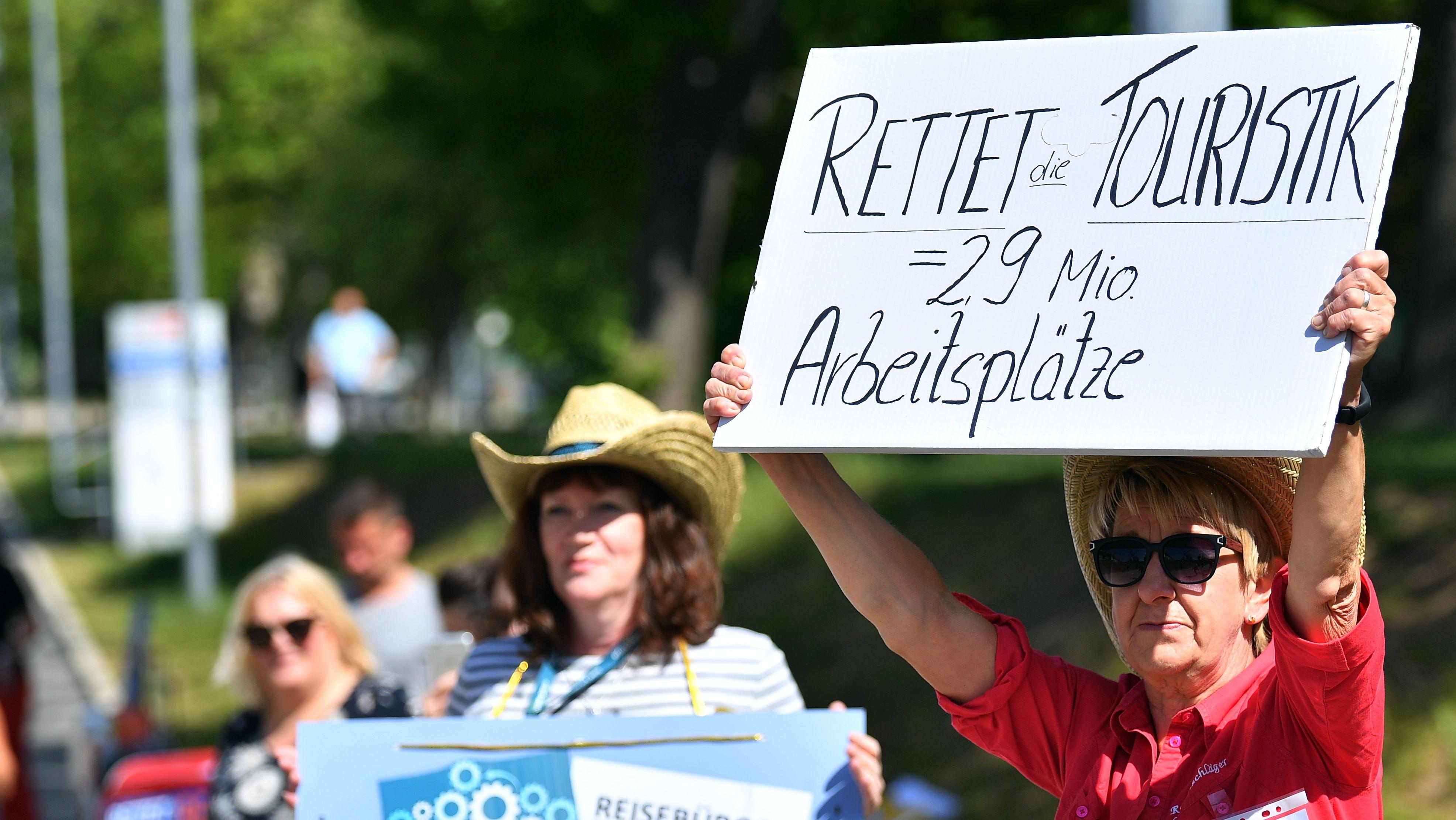 Bundesweit demonstrieren Beschäftigte der Tourismusbranche immer wieder für die Rettung ihrer Arbeitsplätze, wie hier vor dem Thüringer Landtag.