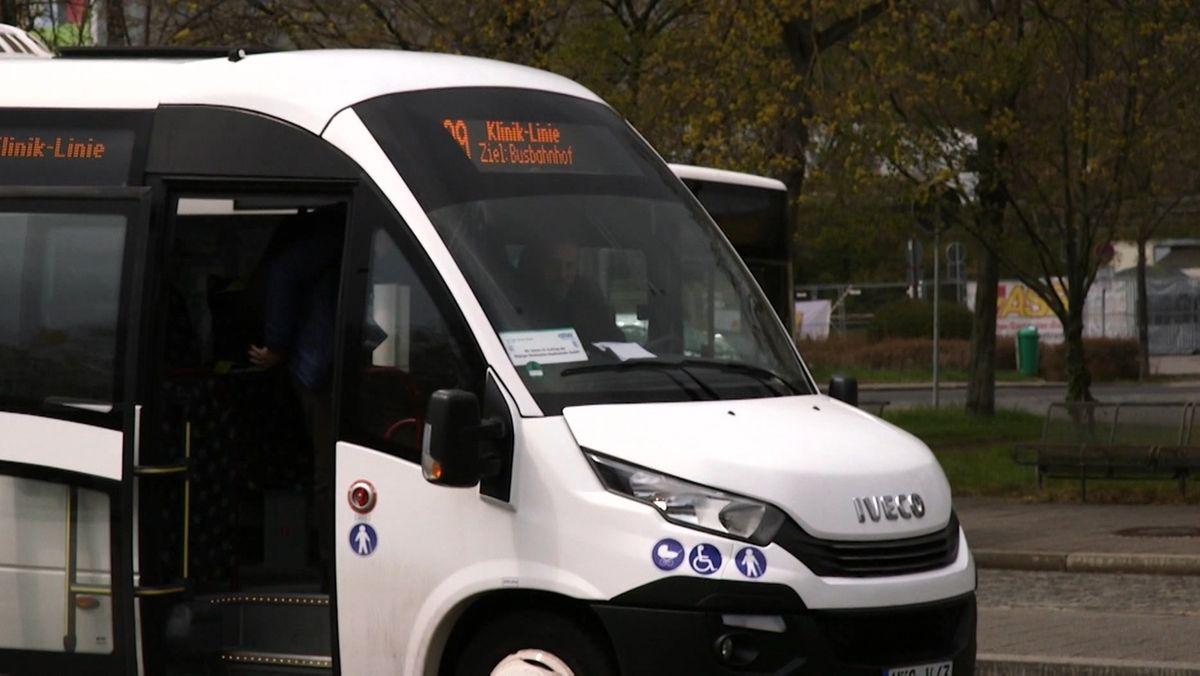 Ein Bus der Erlanger Kliniklinie mit geöffneter Tür an einer Haltestelle