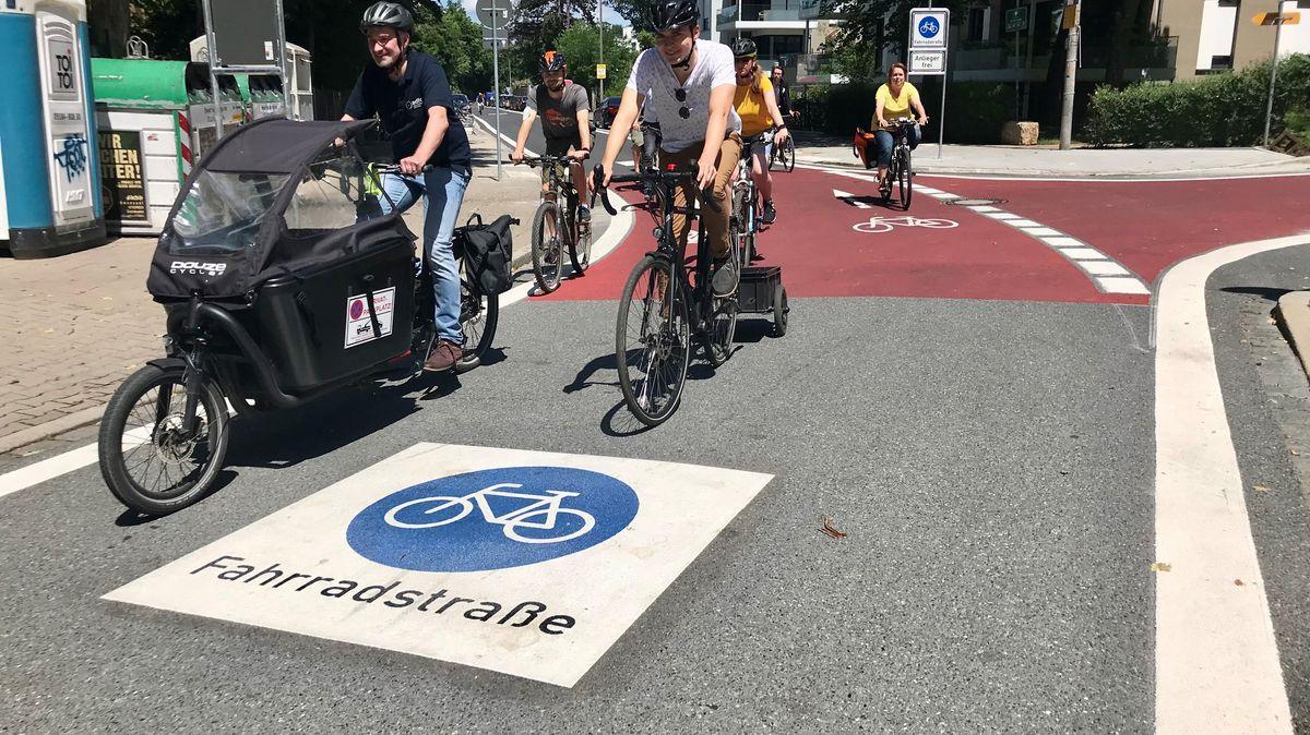 Mehrere Radler sind auf der neuen Fahrradstraße in Fürth unterwegs.
