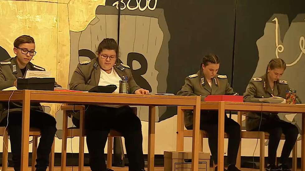 Schüler der Udo-Lindenberg-Mittelschule als Stasi-Offiziere auf der Bühne