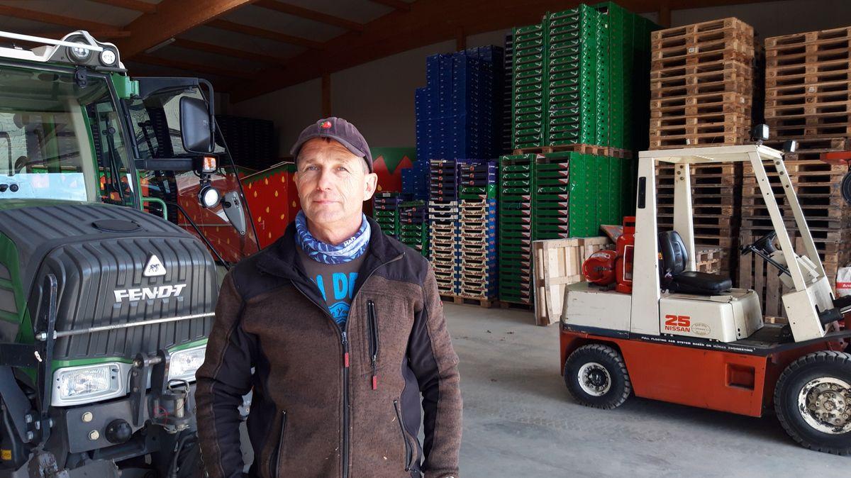 Bauer Stefan Seibild steht in einer Lagerhalle.