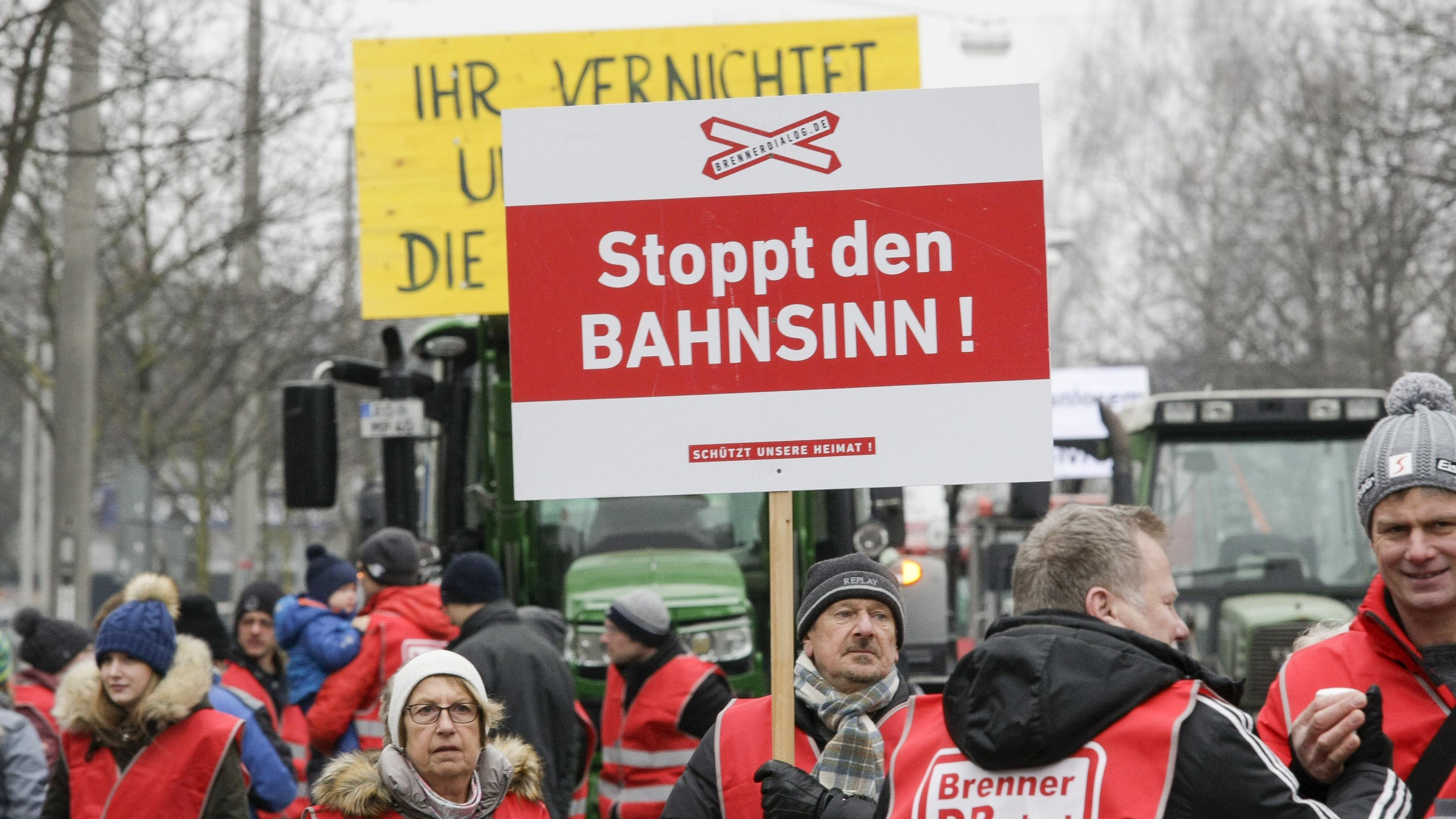 Proteste gegen Brenner-Nordzulauf: Sternmarsch zum Landkreisamt Rosenheim