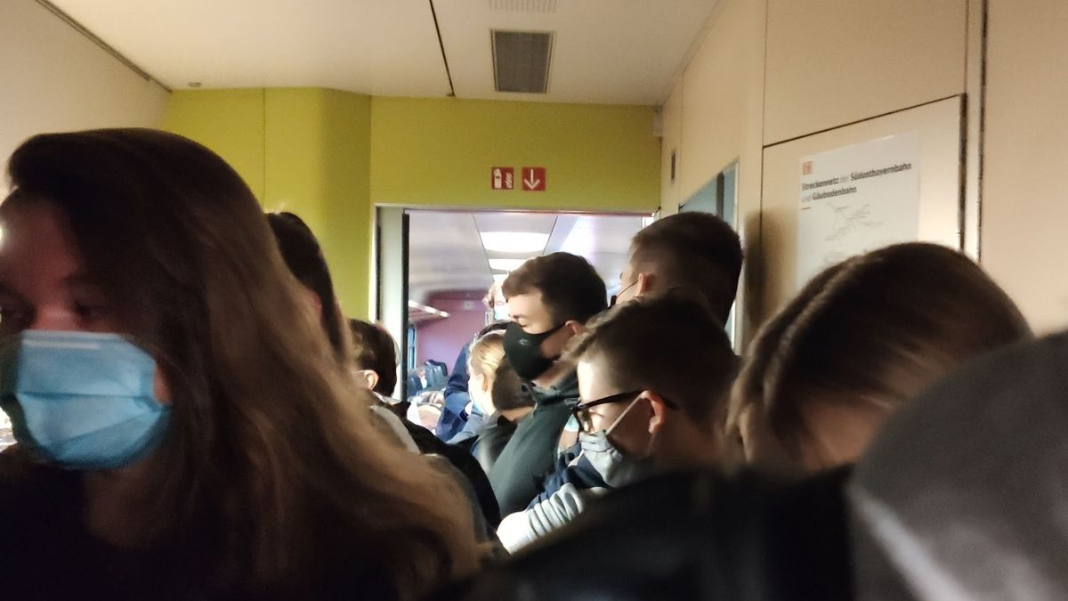 Im Inneren eines Wagens der Südostbayernbahn stehen Schülerinnen und Schüler mit Masken dicht gedrängt.