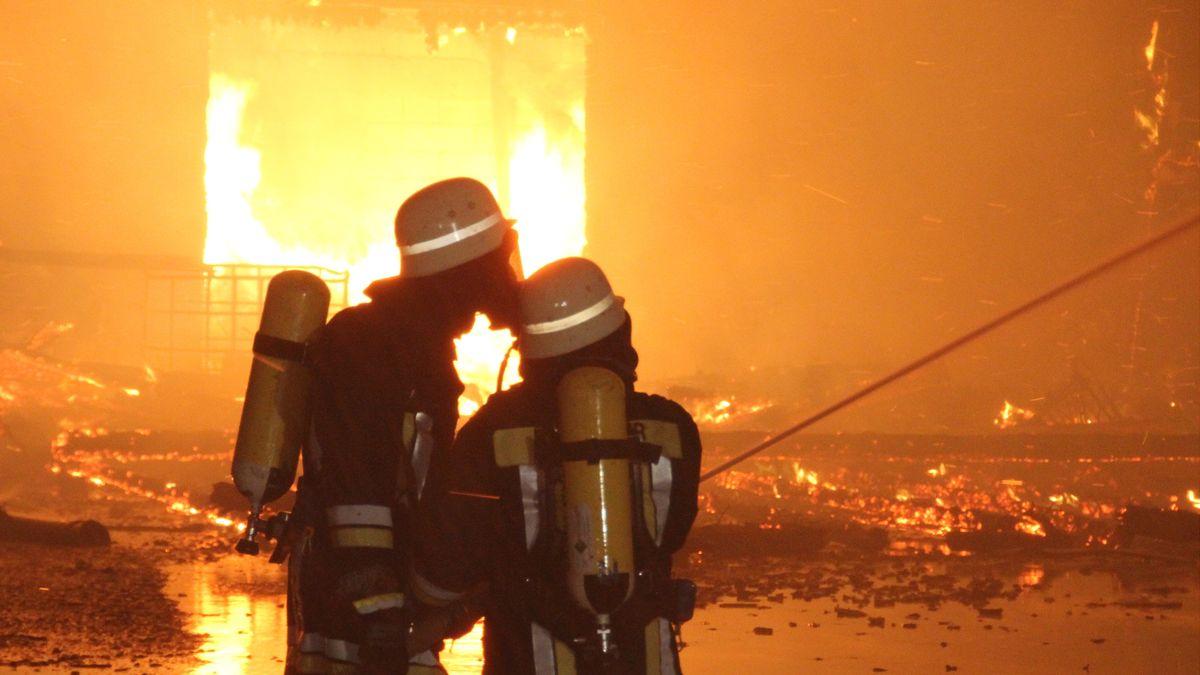 Löscharbeiten eines Brandes (Symbolbild)